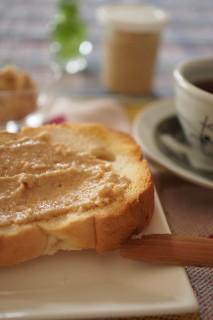 ピーナッツバターをトーストにのせて