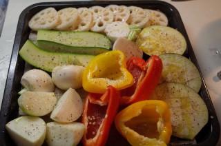 天板に野菜を並べる